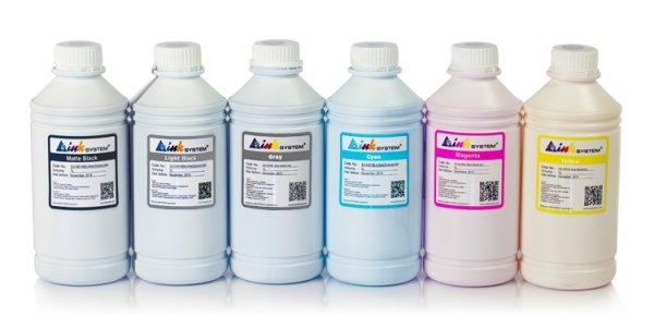 Чернила INKSYSTEM для фотопечати на HP DesignJet T1200 (фоточернила)Комплектация: 6 банок по 1000 мл, цвета: Cyan, Gray, Magenta, Matte black, Photo black, Yellow. Фоточернила INKSYSTEM обеспечивают точную цветопередачу, при этом качество отпечатков на 95-98% соответствует оригинальным чернилам.<br>