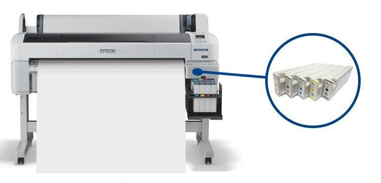 Плоттер Epson SureColor SC-T7200 с ПЗКПечать технических чертежей, интерьерная фотопечать, наружная реклама - в любой из этих задач этот 5-ти цветный широкоформатный принтер обеспечит достойное качество. Разрешающая способность печати составляет 1440 x 2880 т/д. Оборудование может воспроизводить печатные экземпляры на рулонах с регулируемой шириной (до 44 дюймов) и максимальной толщиной в 0.5 мм.<br>